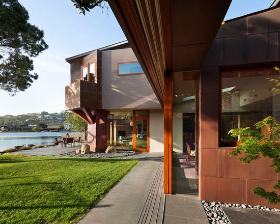 коричневые деревянные карнизы и большие окна современного